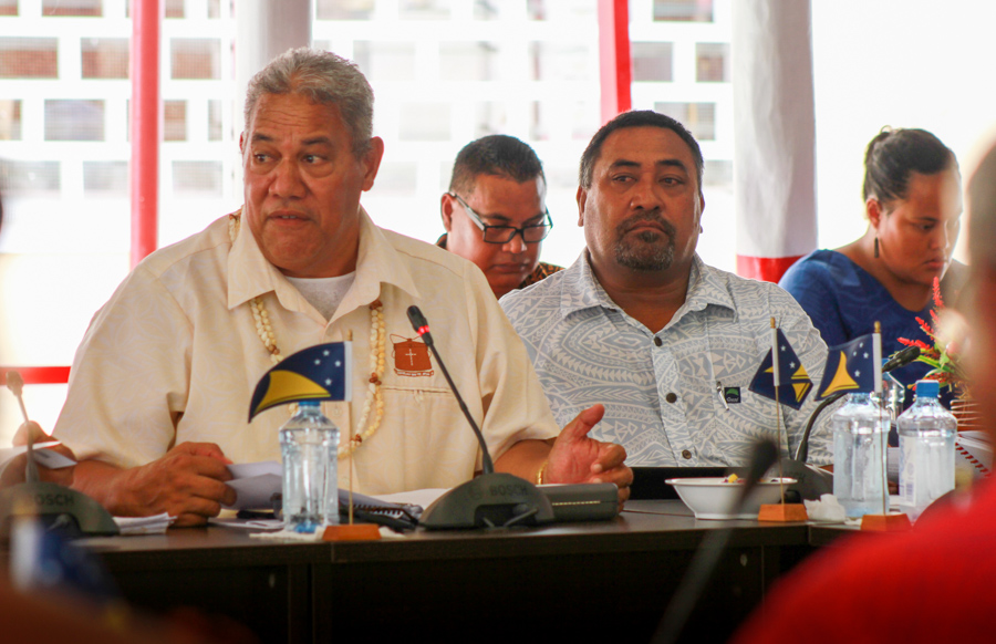 Feleti Tulafono provides technical advice to the Minister of Fisheries, Hon. Mose Pelasio, at the Tokelau Legislative Assembly meeting in Fakaofo, March 2018. Photo: Fatu Tauafiafi/Pacific Guardians.