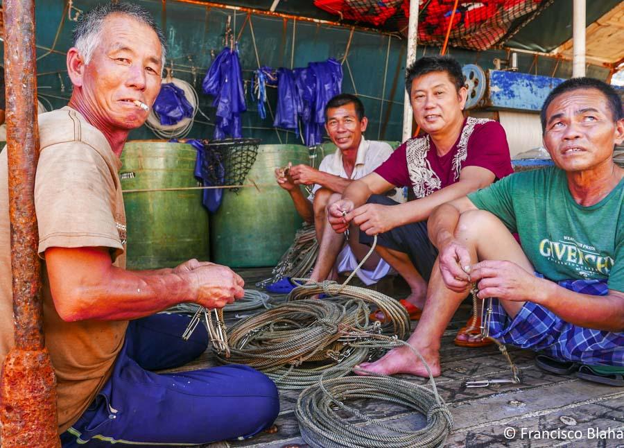 Four men on a tuna fishing vessel maintaining equipment. Photo Francisco Blaha.